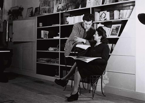 Roland Petit photographié avec sa mère Rose Repetto