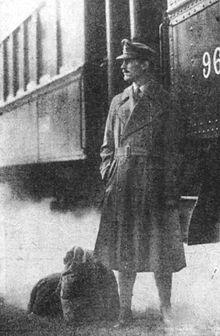 Un officier de la Première Guerre Mondiale portant un trench-coat