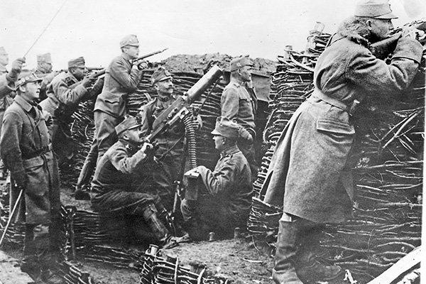 Des soldats dans les tranchées et leurs trench-coat