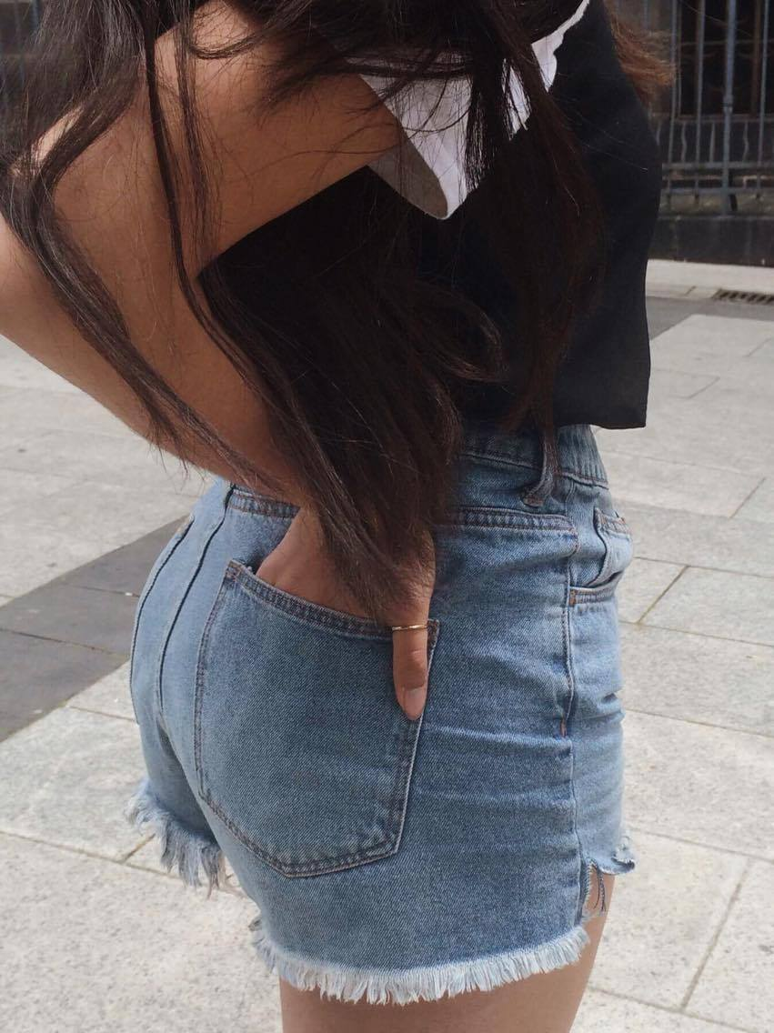 Caraco : Zara Tee-shirt : Le comptoir des cotonniers Short : H&M Sandales : New Look
