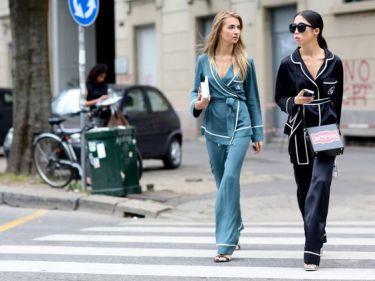 Vous voyez comme l'ensemble de pyjama peut être incroyablement classe ? Il suffit d'une paire de talons hauts et d'un sac graphique pour lui donner une allure habillée.